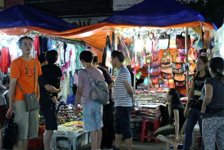 外国人以外も意外と多いナイトマーケット