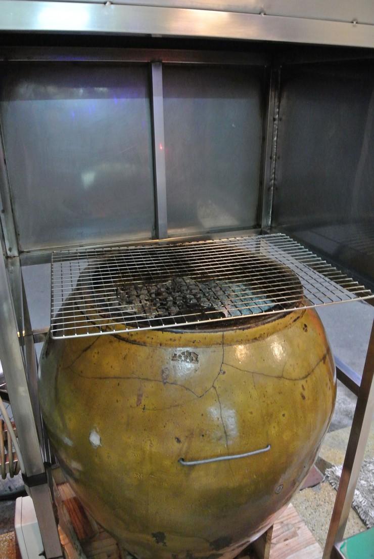 大きな壺を使って焼き鳥を炭火焼