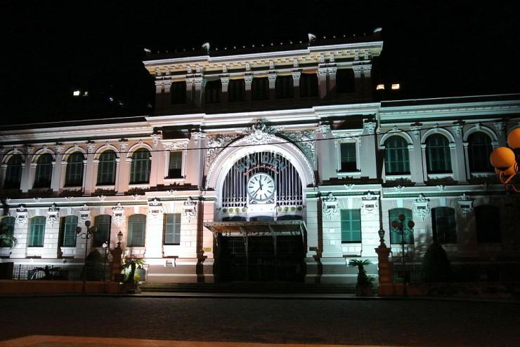 ライトアップされる旧サイゴン中央郵便局