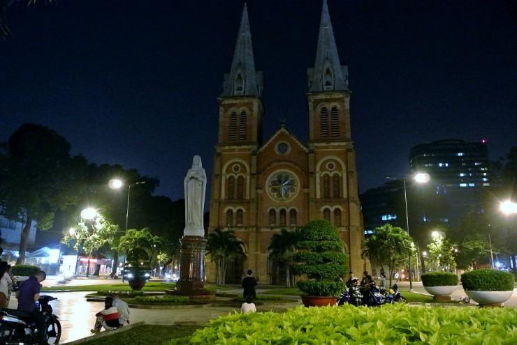 夜も大教会周辺には多くの人で賑わう